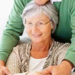 una persona con Alzheimer y su cuidador
