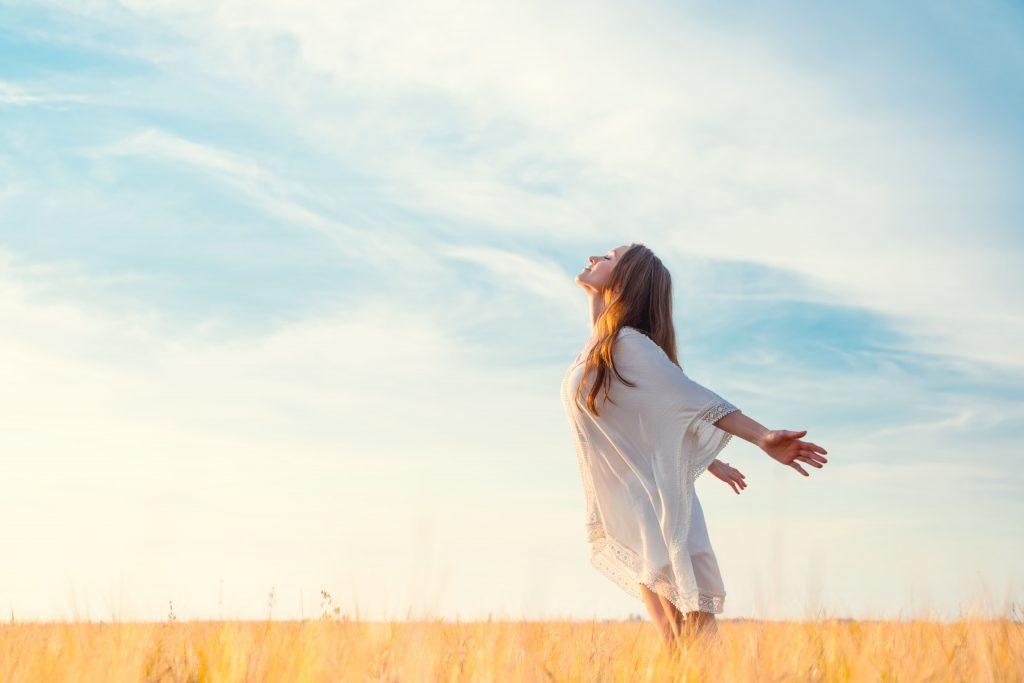 Mujer feliz y con buena salud mental