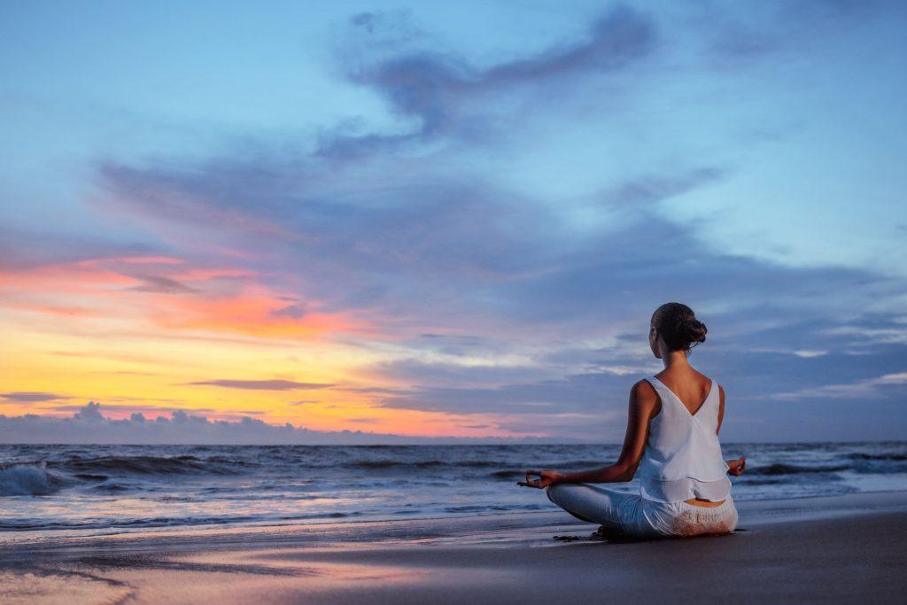 Mujer meditando y con buena salud mental