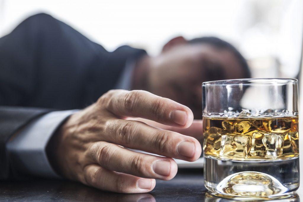 Hombre con problemas con el alcohol