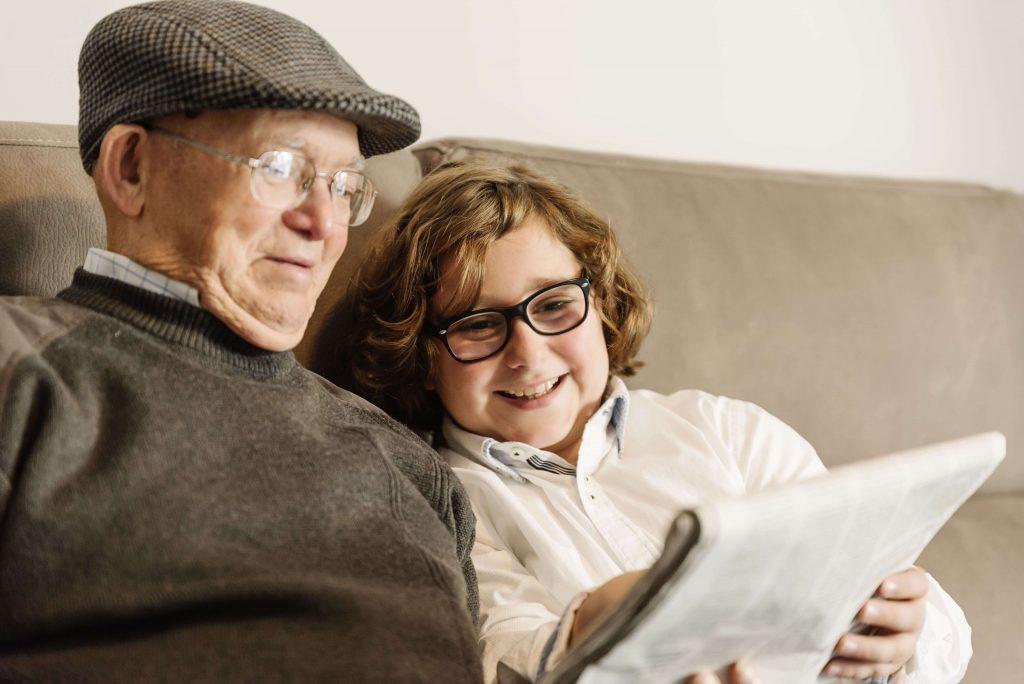Una persona mayor con alzheimer y un niño, qué es el alzheimer