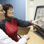 Psicóloga llevando a cabo un tratamiento para la esclerosis multiple