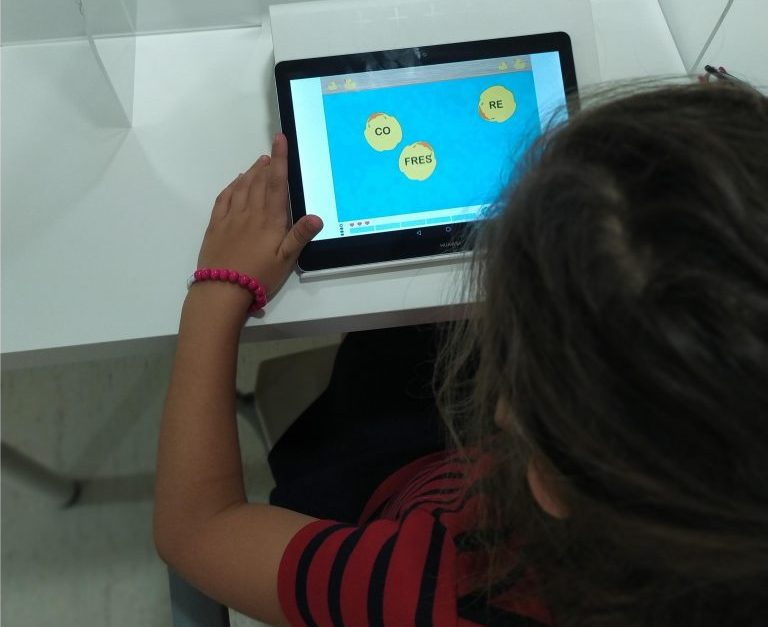 Logopedia, niña trabajando con NeuronUP
