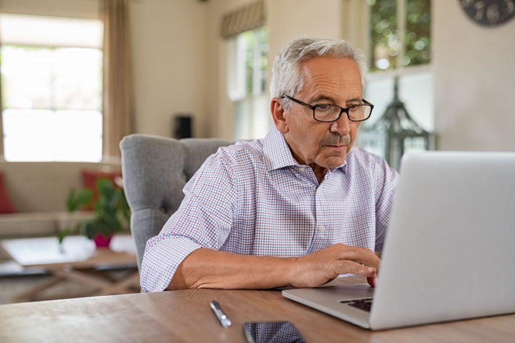 estimulación cognitiva en adultos, usuarios trabajando desde casa con NeuronUP
