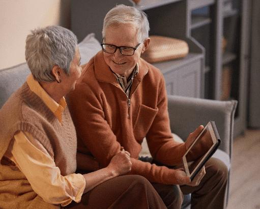 Dos personas mayores felices