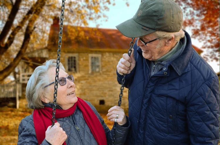 Dos personas mayores en un columpio